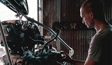 mecánico en el taller con una moto